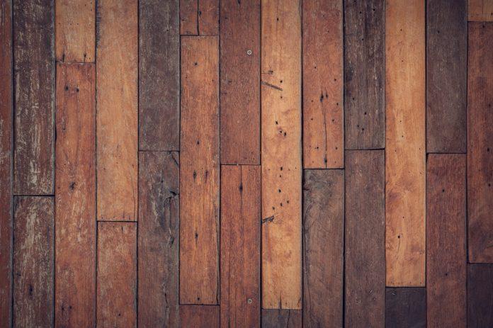 Podłogi drewniane czy z paneli?