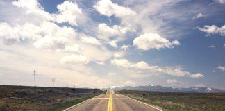 Samolotem czy autokarem? Czym wybrać się na urlop?